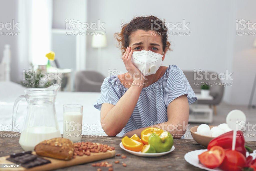 Joven sensación malestar sobre sus alergias múltiples - foto de stock