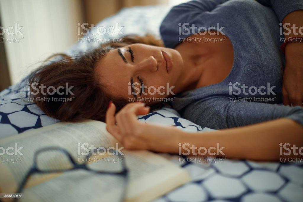 Junge Frau schlief während des Studiums auf dem Bett – Foto