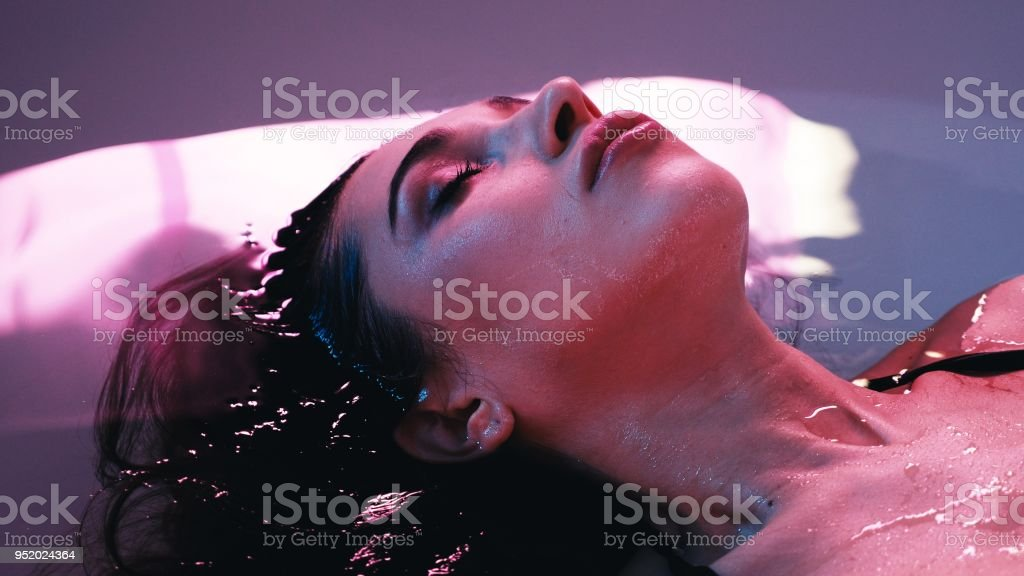 Jovem mulher flutuando na banheira de Spa ou piscina, ela é muito descontraída. Welness conceito - foto de acervo