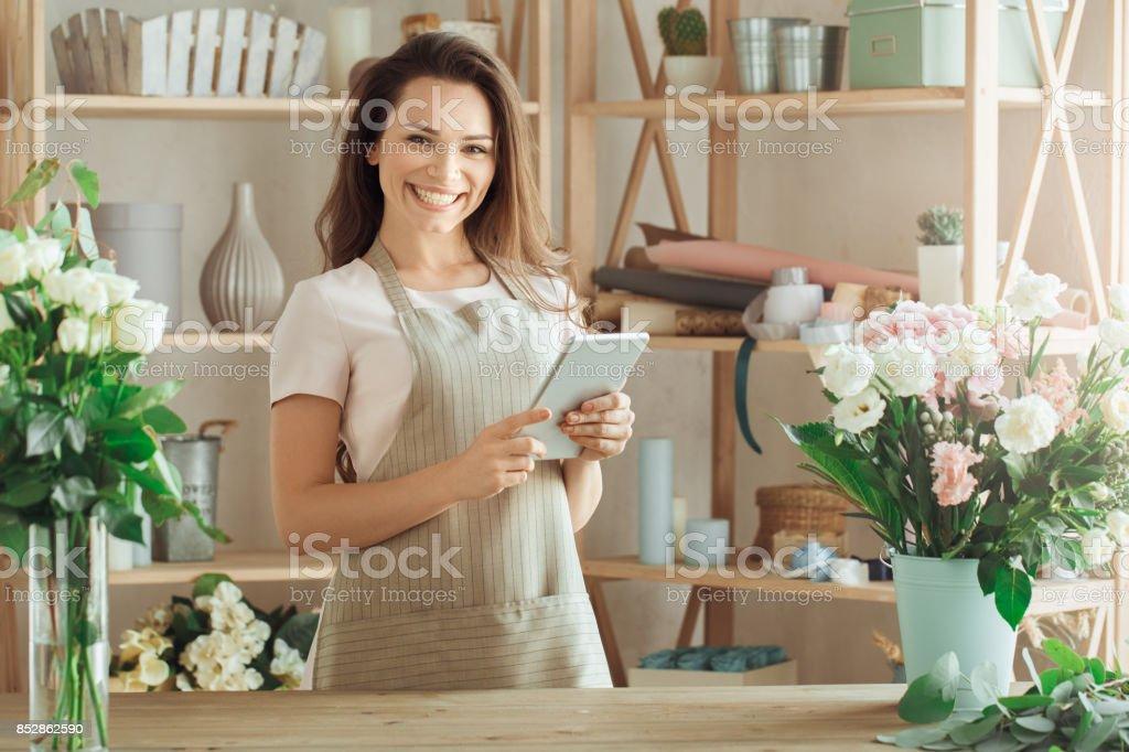 Ung kvinna florist ockupationen arbetar med blommor bildbanksfoto