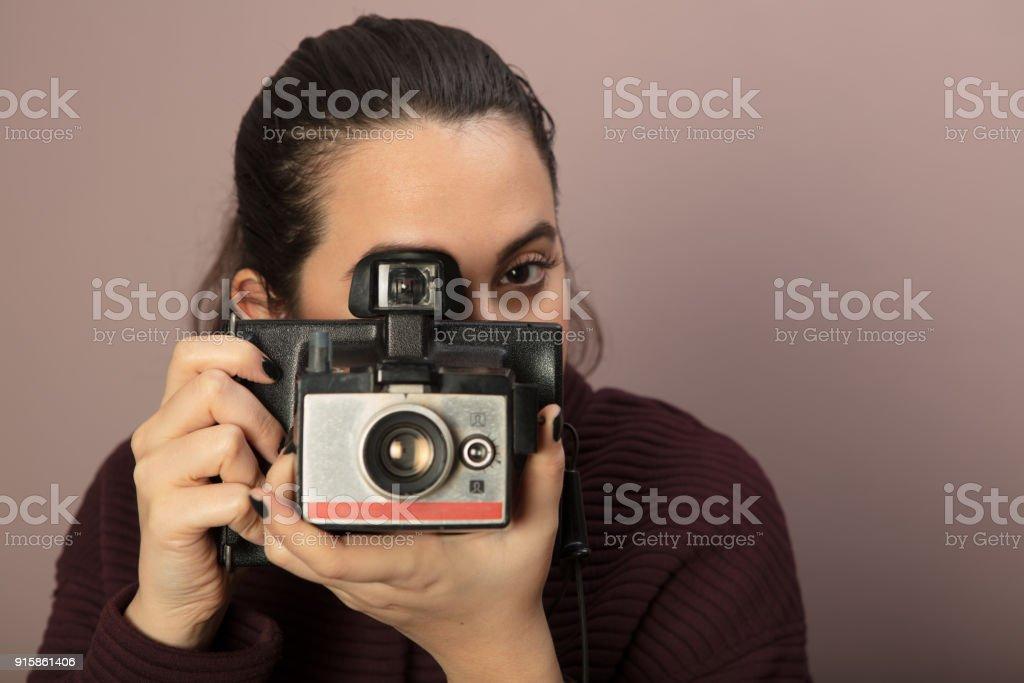 Mulher jovem, focando o espectador - foto de acervo