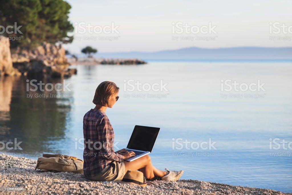 ccf413843ff1 Junge Frau Freiberufler Mit Laptop Am Strand Stockfoto und mehr ...