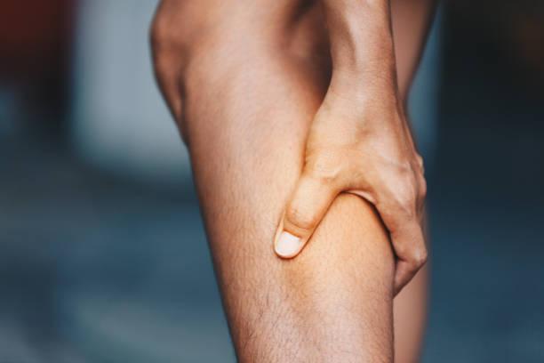 年輕婦女從小腿痛苦, 保健概念 - 肌肉 個照片及圖片檔