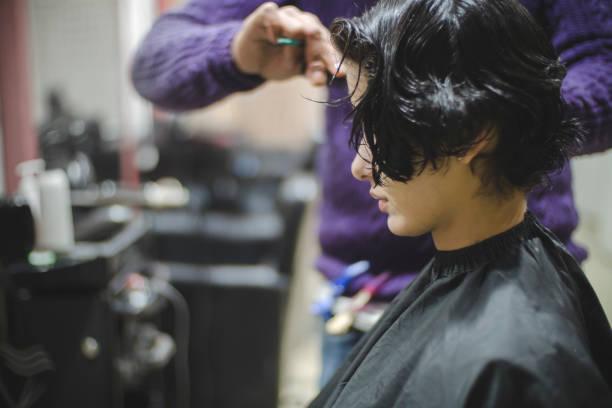 Junge Frau, die Haare schneiden. – Foto