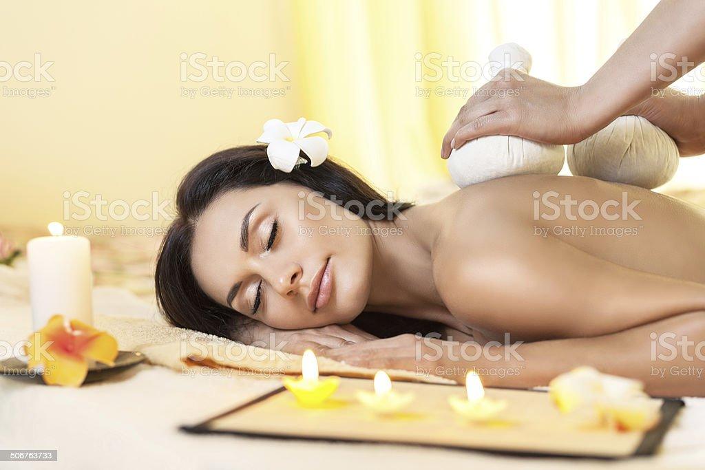 Junge Frau, die eine massage bekommt im Thai spa. – Foto