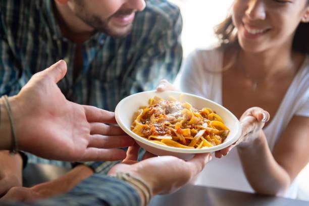 ung kvinna att få pasta från foodtruck - food woman to smell bildbanksfoton och bilder