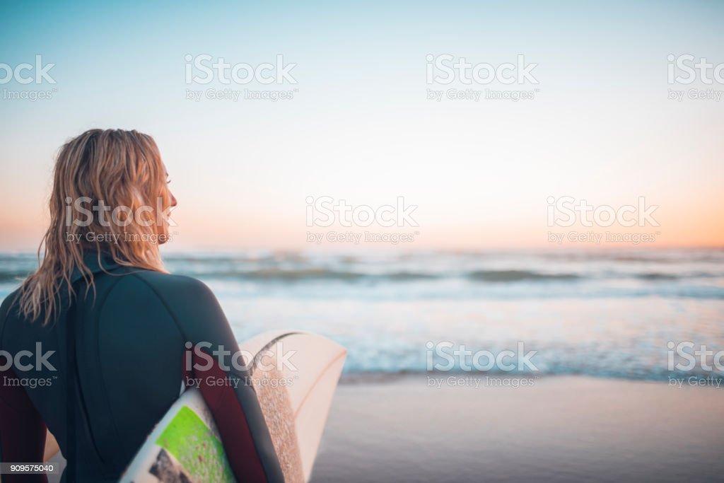 Junge Frau, die immer bereit zum Surfen – Foto