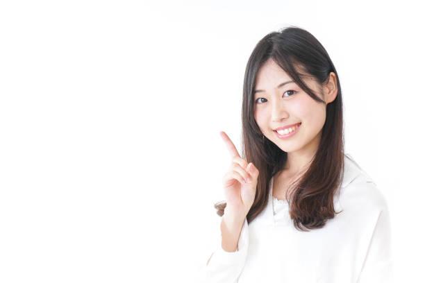 アドバイスを与える若い女性 - 指差す ストックフォトと画像