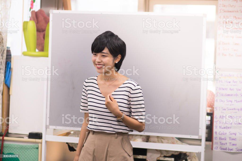 語学学校でスピーチを与える若い女性 ストックフォト
