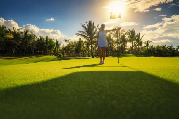 Junge Golferin auf tropischem Golfplatz in der Dominikanischen Republik – Foto