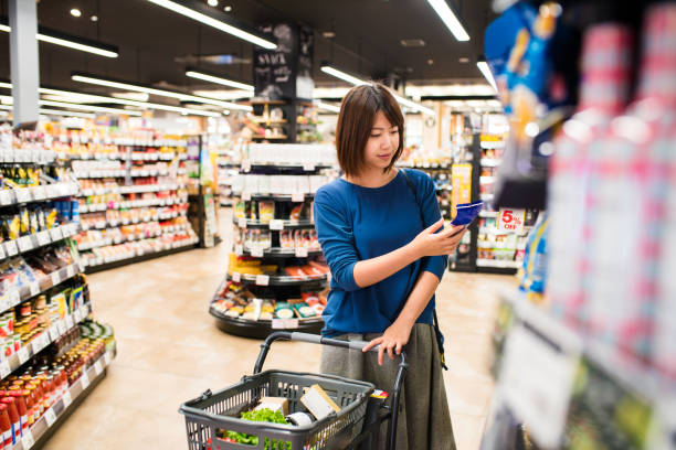 若い女性の食料品ショッピング - スーパーマーケット 日本 ストックフォトと画像