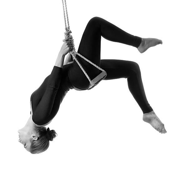junge frau turner am seil auf weißem hintergrund - trapez stock-fotos und bilder