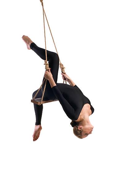 junge frau turner auf seil - trapez stock-fotos und bilder