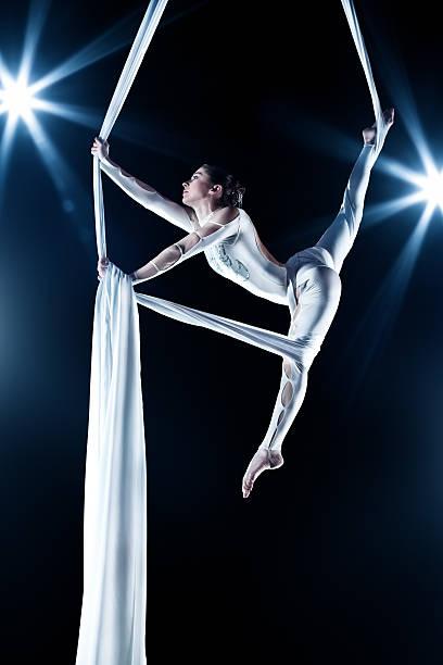 junge frau turner - trapez stock-fotos und bilder