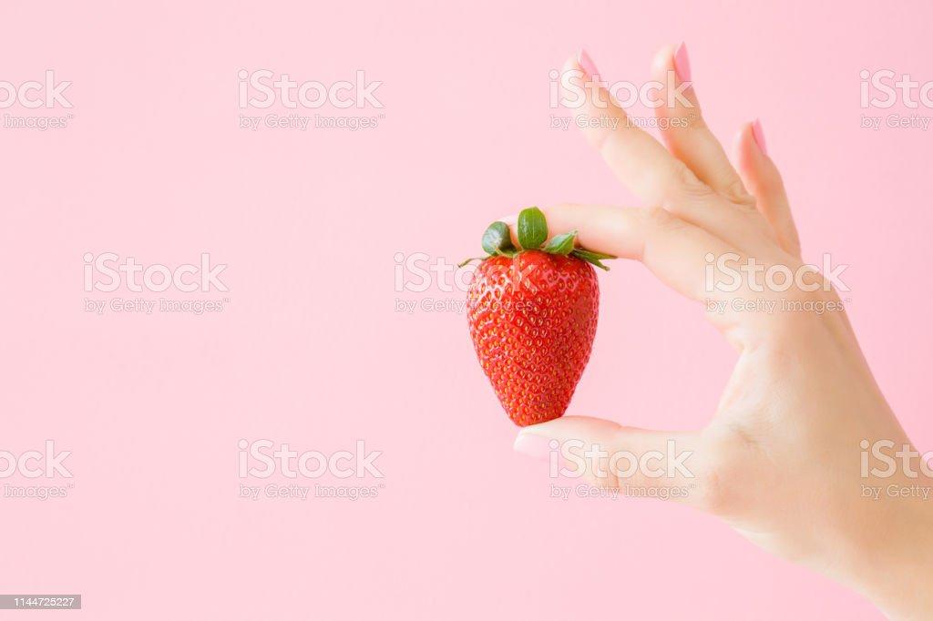 Junge Frau Hand Mit Einer Roten Saftigen Erdbeere Auf