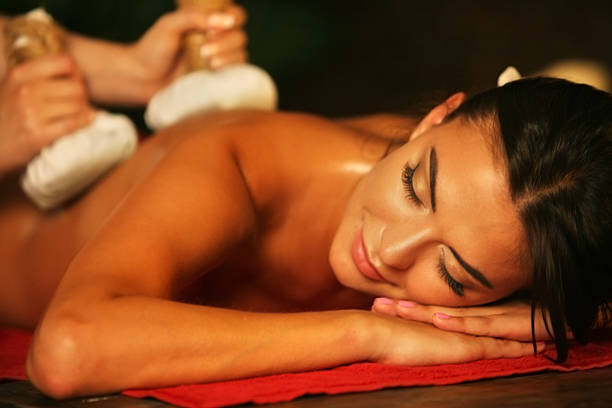 Young woman have hot poultice massage in spa salon. – Foto