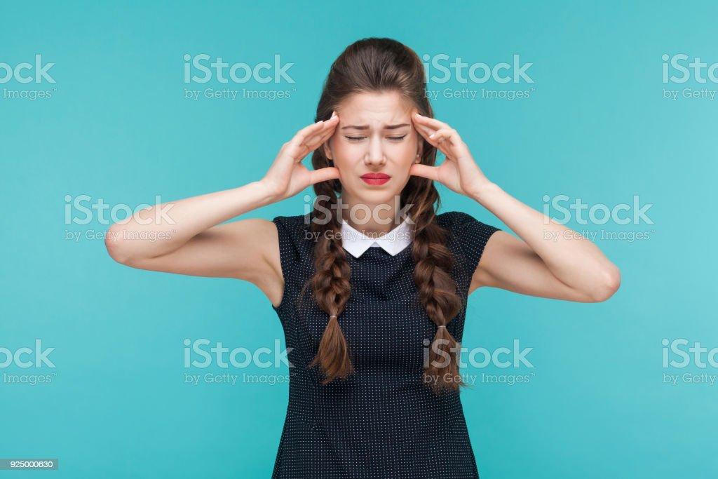 Junge Frau haben Migräne und Kopfschmerzen. – Foto