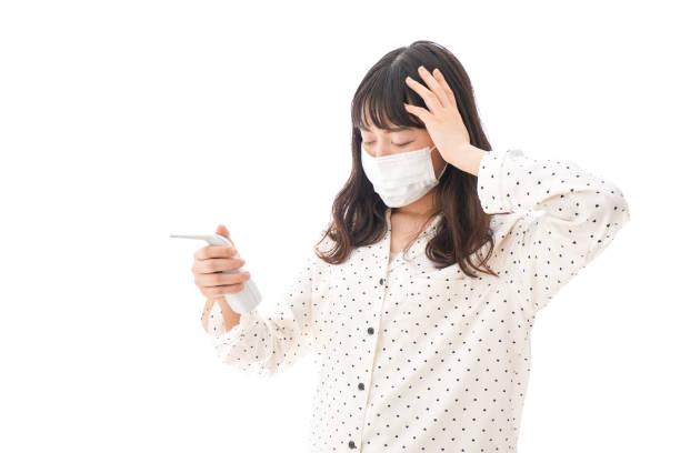 若い女性の風邪 - くしゃみ 日本人 ストックフォトと画像