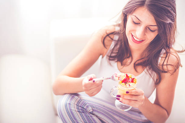 Young woman having a fruit salad – Foto