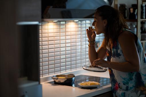 Jonge Vrouw Die Een Middernachtsnack Heeft Stockfoto en meer beelden van 12 uur
