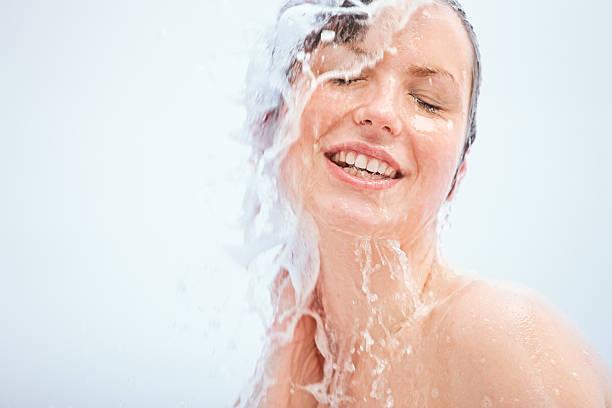 mujer joven con ducha - mujer en la ducha fotografías e imágenes de stock