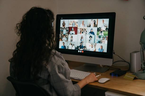 年輕女子與她的同事有視頻通話 - 虛擬辦公室 個照片及圖片檔
