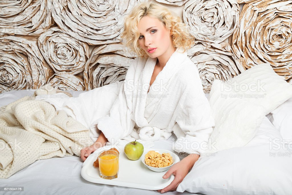 young woman having breakfast in bed photo libre de droits