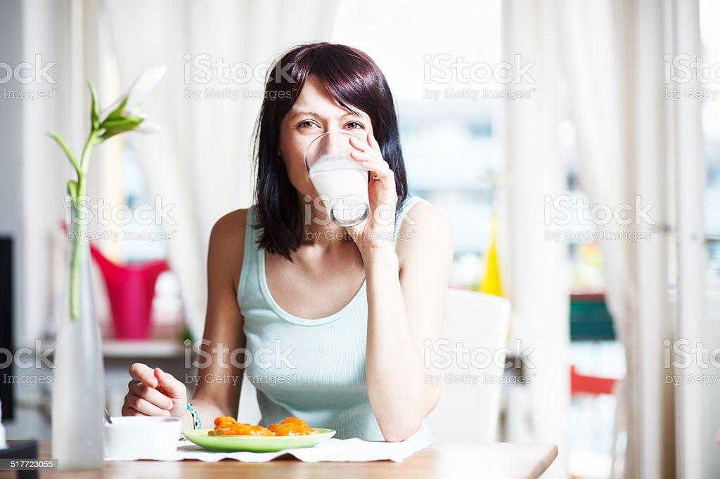 Mujer joven con desayuno - foto de stock