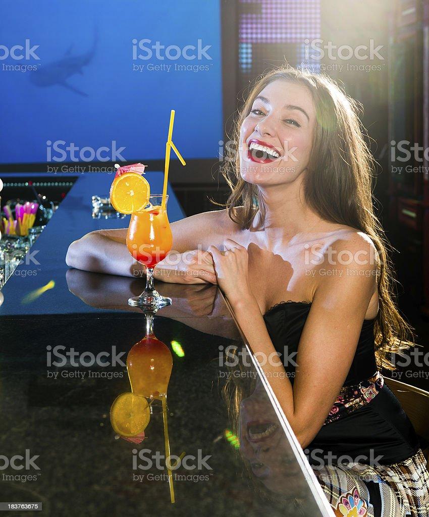 Junge Frau mit Cocktail in der Bar – Foto