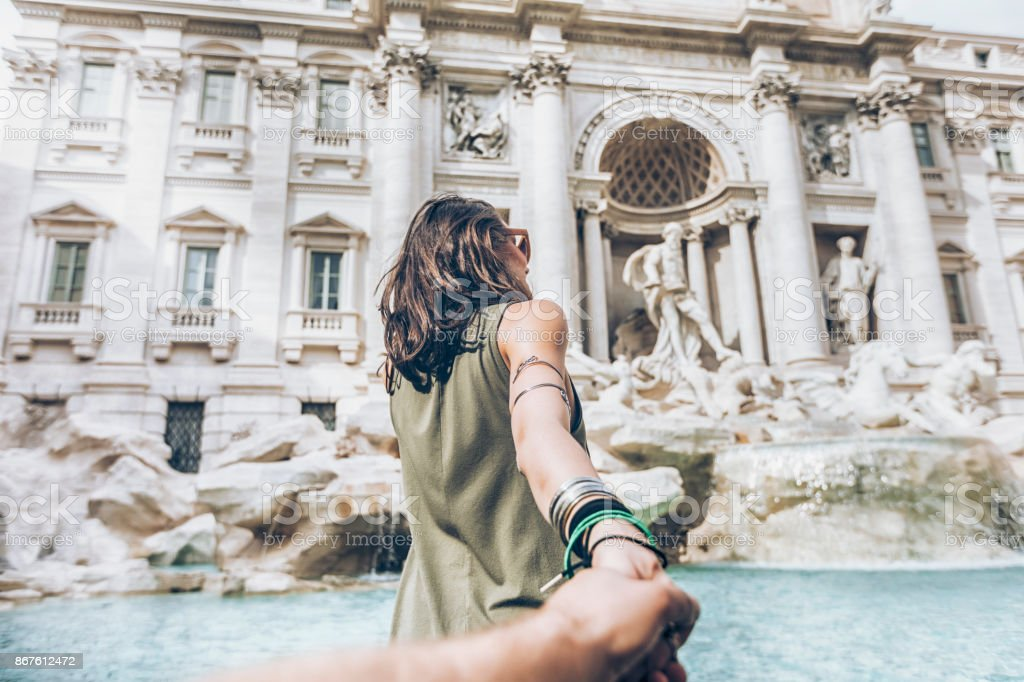 Mujer joven divertirse frente a Fontana de Trevi - foto de stock