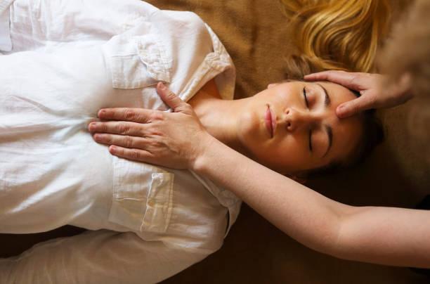 junge frau, die massage-behandlung - chiropraktik wellness stock-fotos und bilder