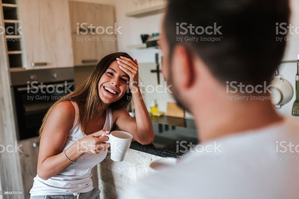 Jovem mulher tendo encontro matinal com o namorado. - Foto de stock de Adulto royalty-free