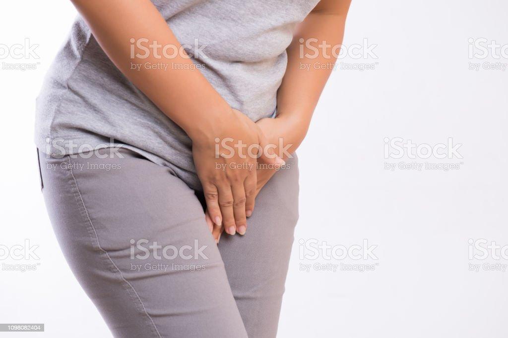 Junge Frau mit schmerzhaften Magenschmerzen mit Hände halten ihre Schrittgurt Unterbauch drücken. Medizinische oder gynäkologische Probleme, medizinisches Konzept – Foto