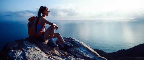junge Frau Wanderer bei Sonnenaufgang am Meer Berggipfel – Foto