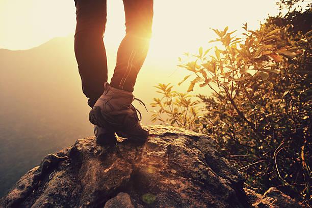 junge frau wanderer stand auf den sunrise mountain peak - damen top gold stock-fotos und bilder