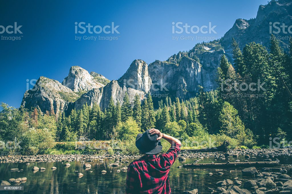 Young woman hiking in majestic landscape - foto de acervo