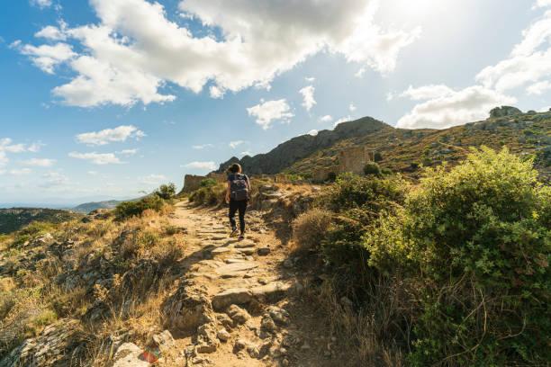 jeune femme randonnée - randonnée corse photos et images de collection