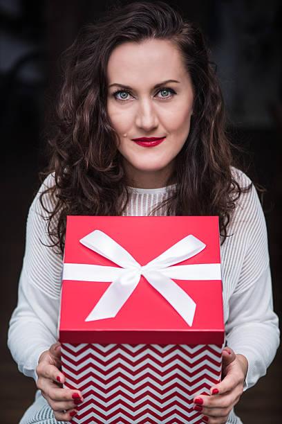 young woman hold christmas or new year gift box - basteln mit zeitungspapier stock-fotos und bilder