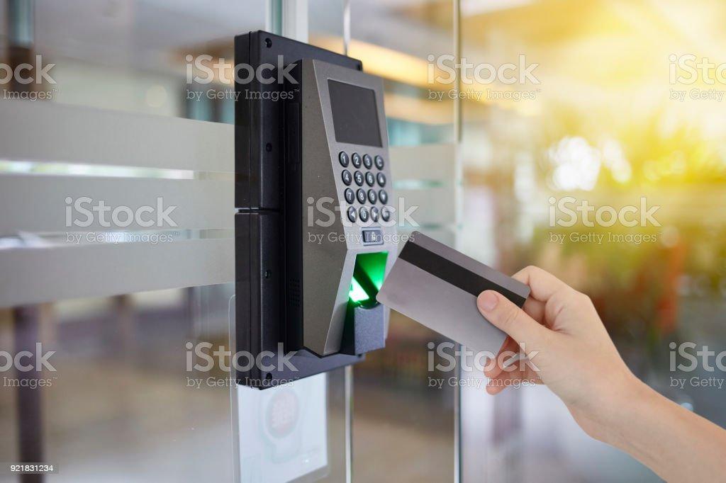 Jovem mulher segurar cartão de acesso ao escritório de porta de acesso - foto de acervo