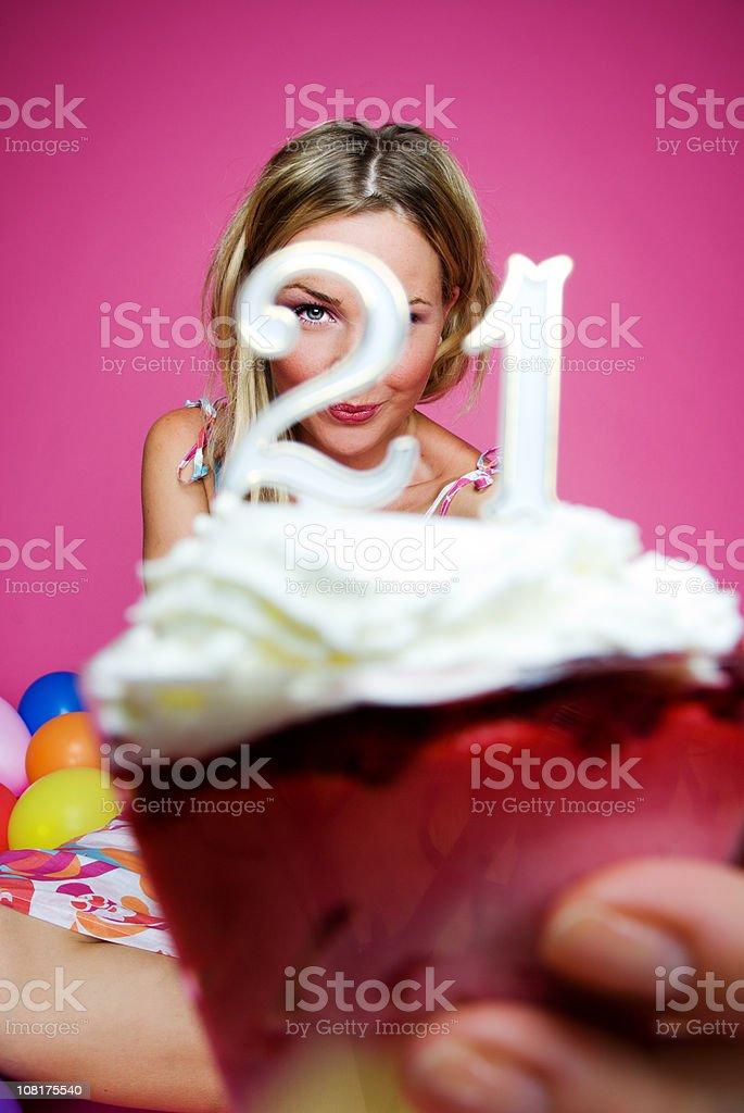 Junge Frau hält 21. Geburtstag-Kuchen – Foto