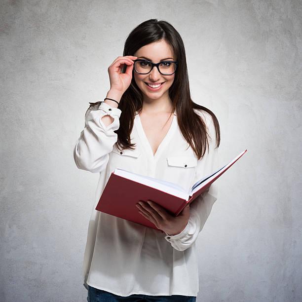 Junge Frau hält ein Buch – Foto