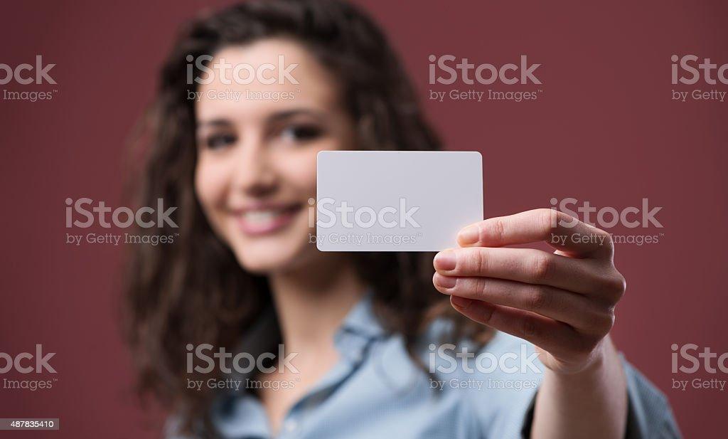 Jovem mulher segurando um cartão de visita - foto de acervo