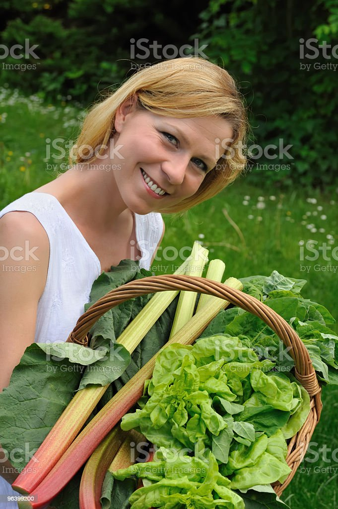 Young woman holding basket with vegetable - Royalty-free 30-34 Years Stock Photo
