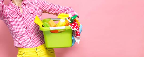 Ferramentas e produtos da limpeza da terra arrendada da mulher nova - foto de acervo
