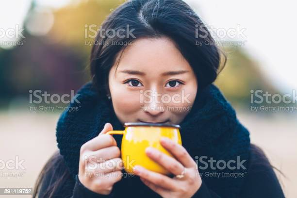 Young woman holding coffee cup and looking at camera picture id891419752?b=1&k=6&m=891419752&s=612x612&h=8mhtkiu7sdzsnanf6yxyapkzsxh0lyv6rvmgbl3vhrc=