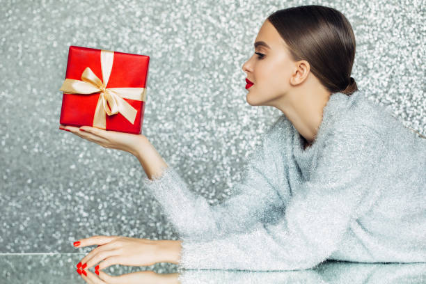 junge frau mit geschenk-box in ihren händen - jugendliche geburtstag geschenke stock-fotos und bilder