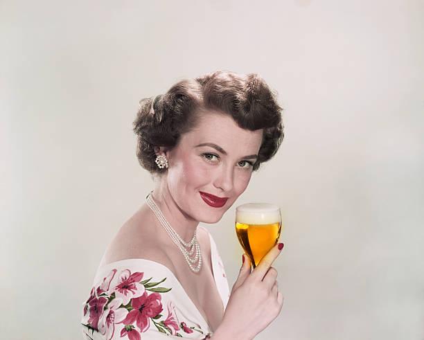 młoda kobieta trzymając szklankę piwa, uśmiech, portret - archiwalny zdjęcia i obrazy z banku zdjęć