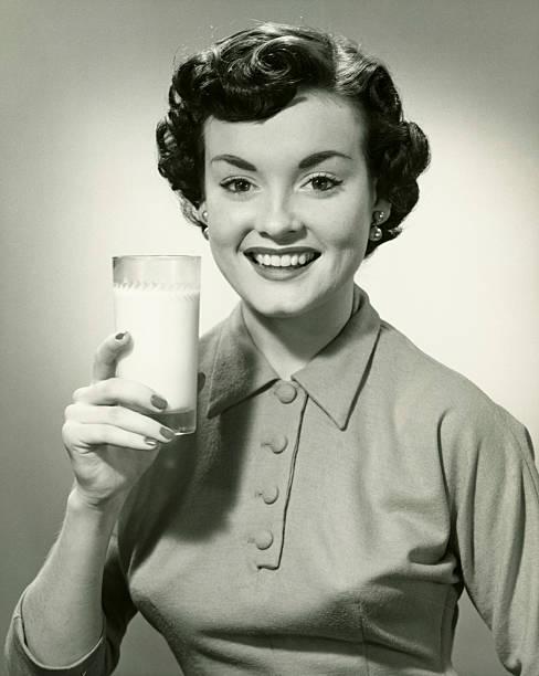 若い女性のミルクをグラス、(b &w )、ポートレート - 1930~1939年 ストックフォトと画像