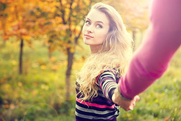 Junge Frau hält die Hände auf Herbst Hintergrund – Foto