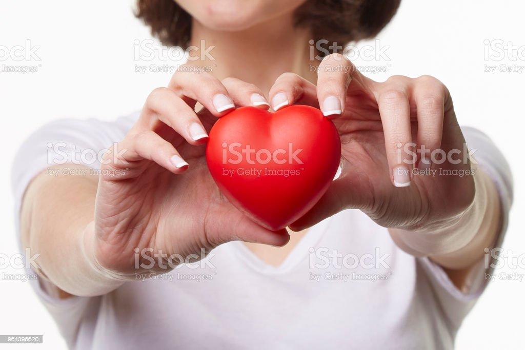 Jovem mulher segurando coração forma - Foto de stock de 20 Anos royalty-free